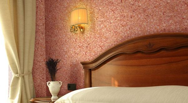 В спальне будут уместны обои с крупными вкраплениями теплых тонов
