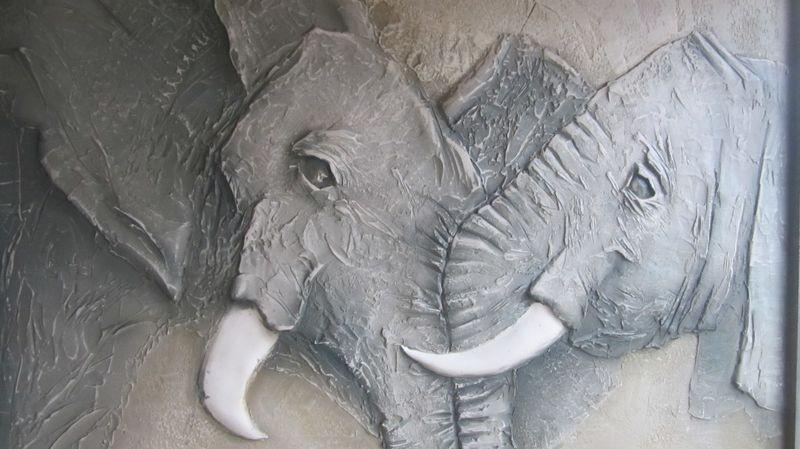 Изображение слонов на барельефе