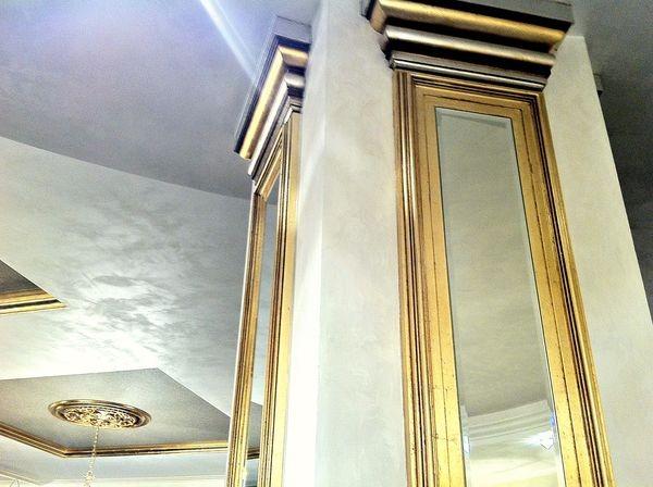 Украшение помещения зеркалами и дизайнерской лепниной