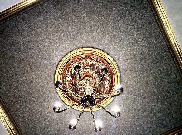 Изысканная потолочная розетка из полиуретана