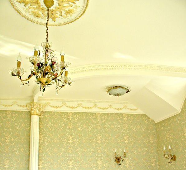 Дизайнерский потолок в классическом стиле