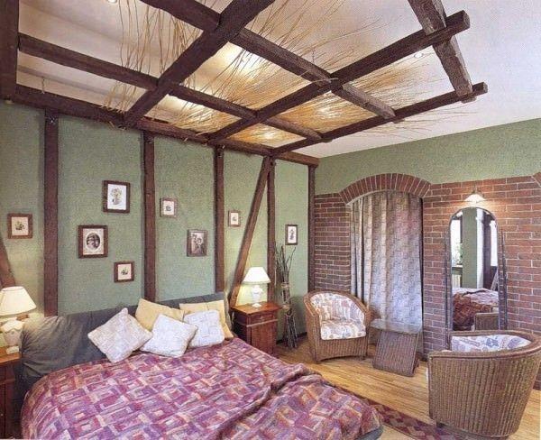 Спальня с декором из фальшбалок