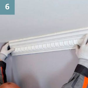 Прижать  изделие по всей длине, чтобы клей  выступил из-под всей плоскости примыкания.