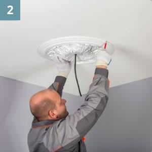 Нанести контур изделия на потолок.
