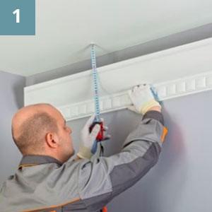 Плотно прижать изделие к стене, отметить необходимое расстояние от потолка.