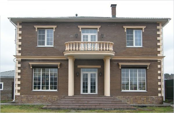 Декор фасада дома лепными элементами